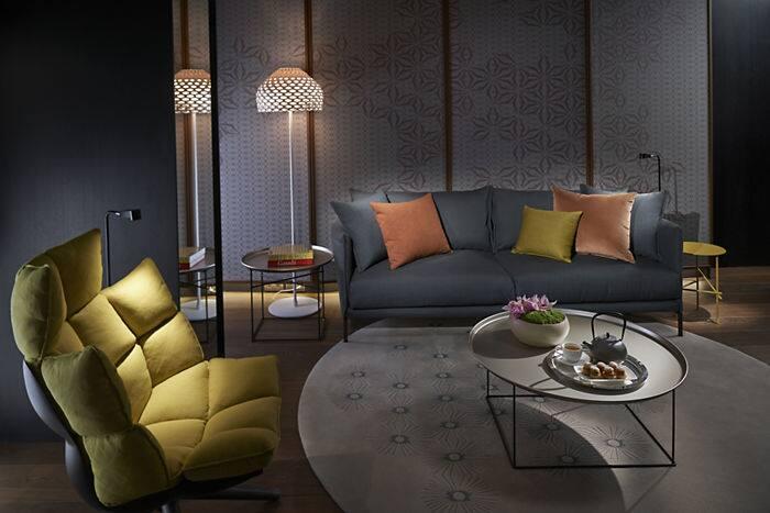 套房内部采用订制的编织地毯,轻质木地板,皮革家具和豪华床单与装饰