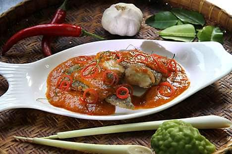 Chu chee pla (deep-fried fish in red curry)