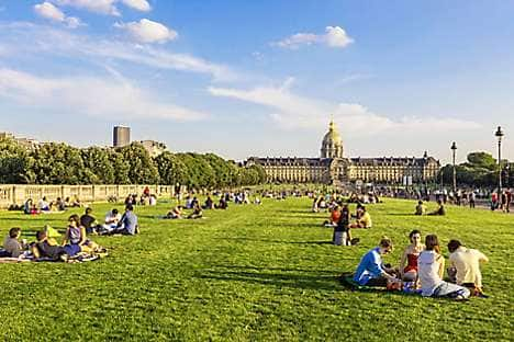 Picnicking at the Esplanade des Invalides in Paris