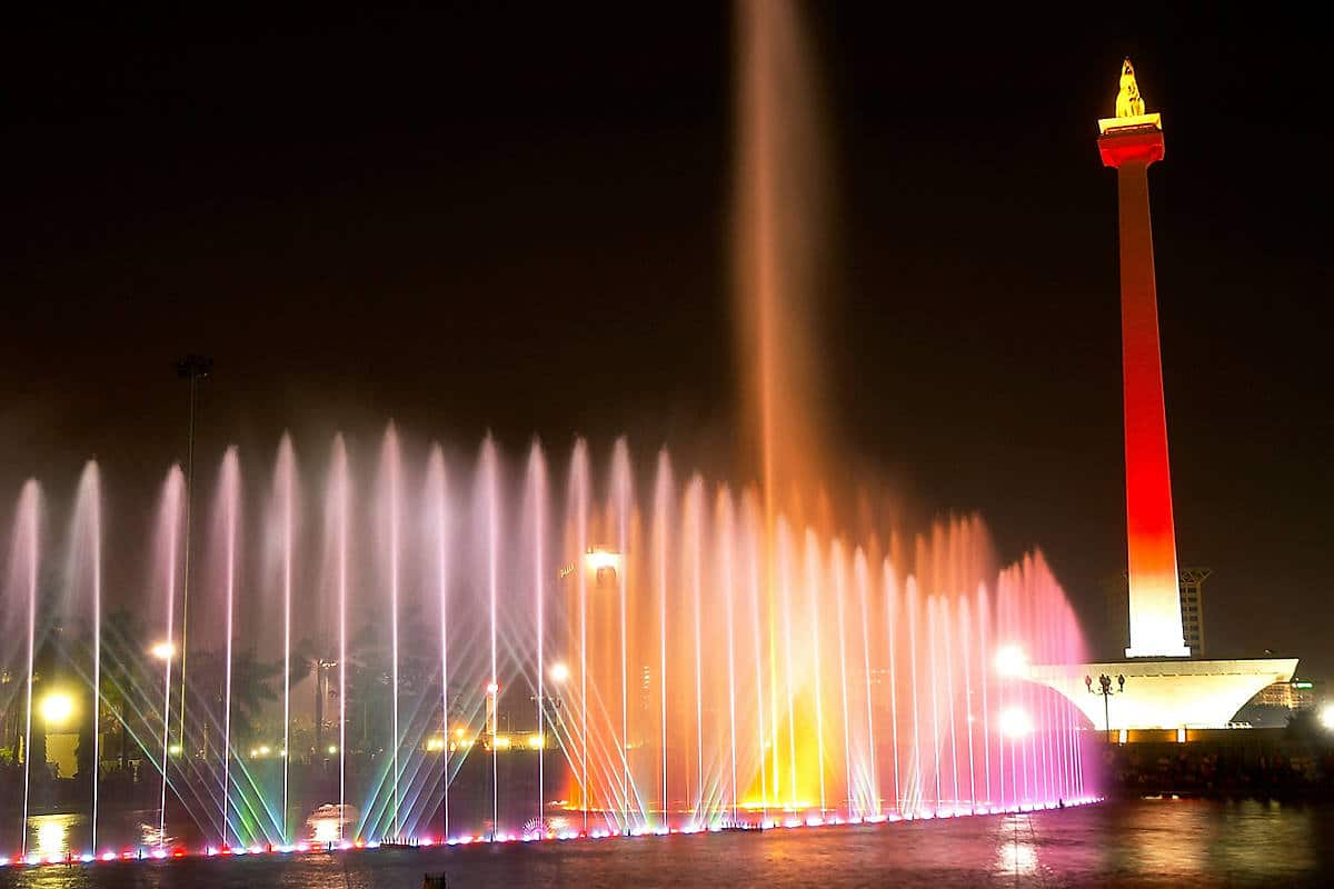 A fountain display in front of the National Monument