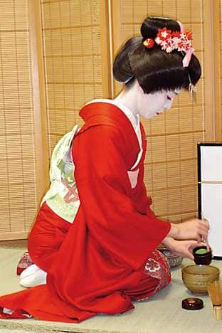 Tsubaki carries out the tea ceremony