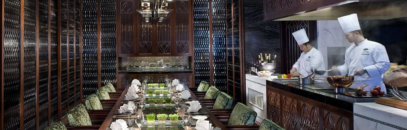 تناول الطعام في مطعم Vida Rica الفاخر في فندق Mandarin Oriental, Macau.