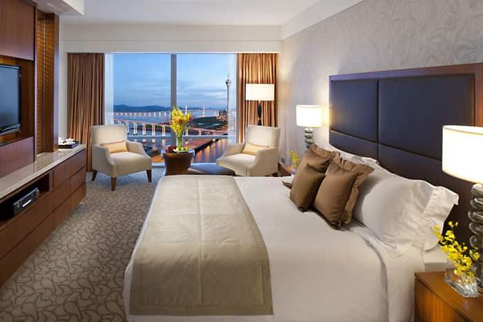 chambre deluxe avec vue sur le lac h tel mandarin oriental macao. Black Bedroom Furniture Sets. Home Design Ideas