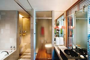 Mandarin Deluxe Room Bathroom