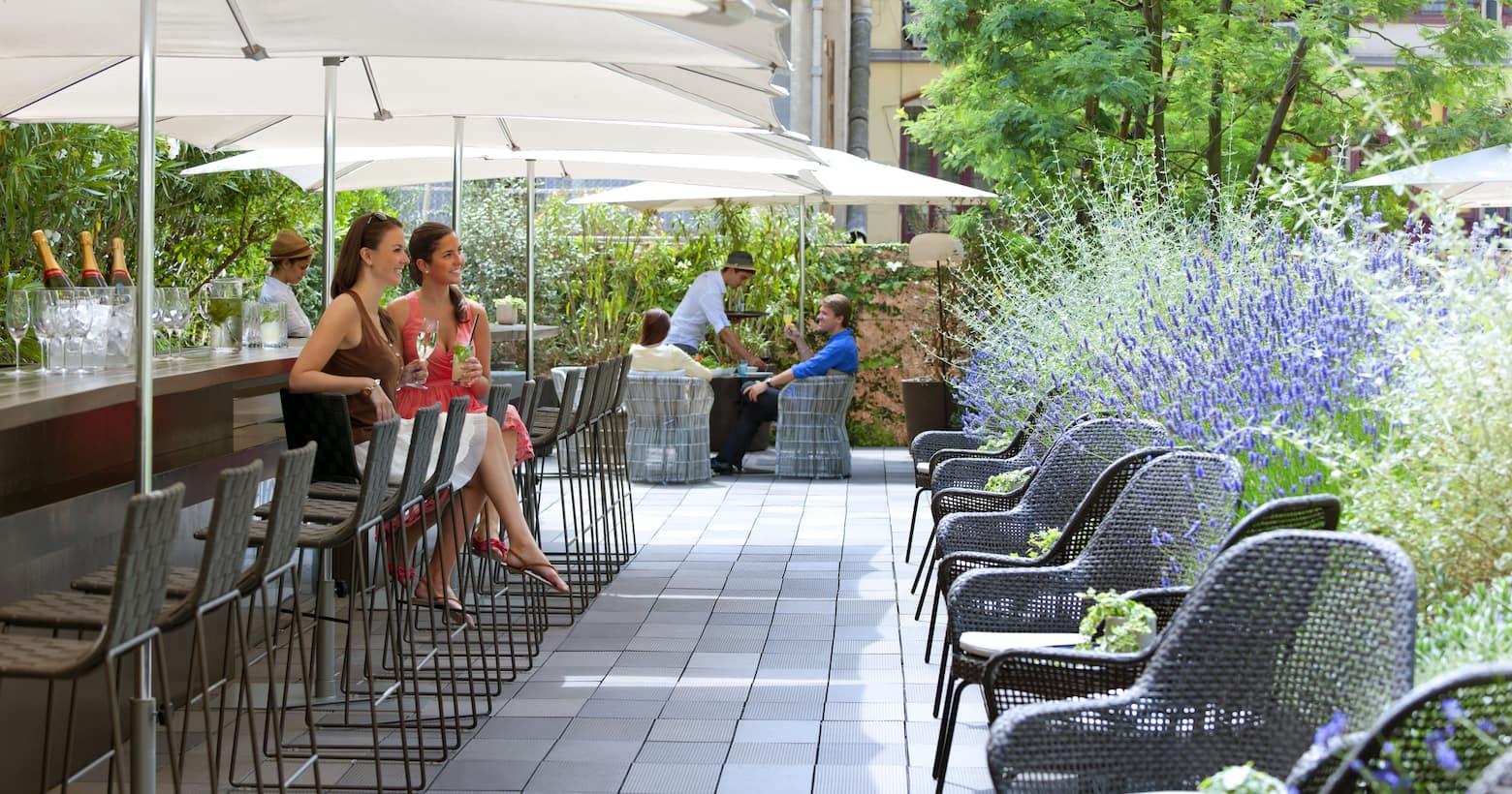 Los mejores restaurantes bares y salones mandarin for Barcelona pool garden 4