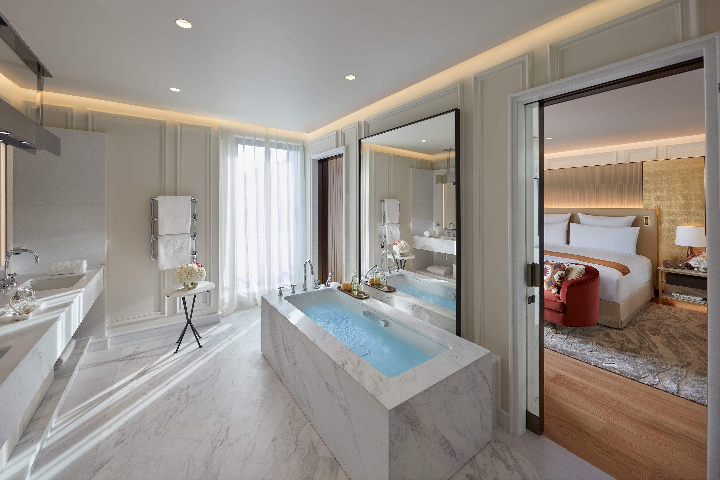 Large ensuite with marble bathtub