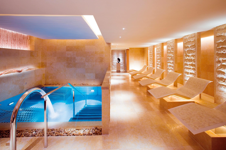 Spa pool and loungers at The Landmark Mandarin Oriental