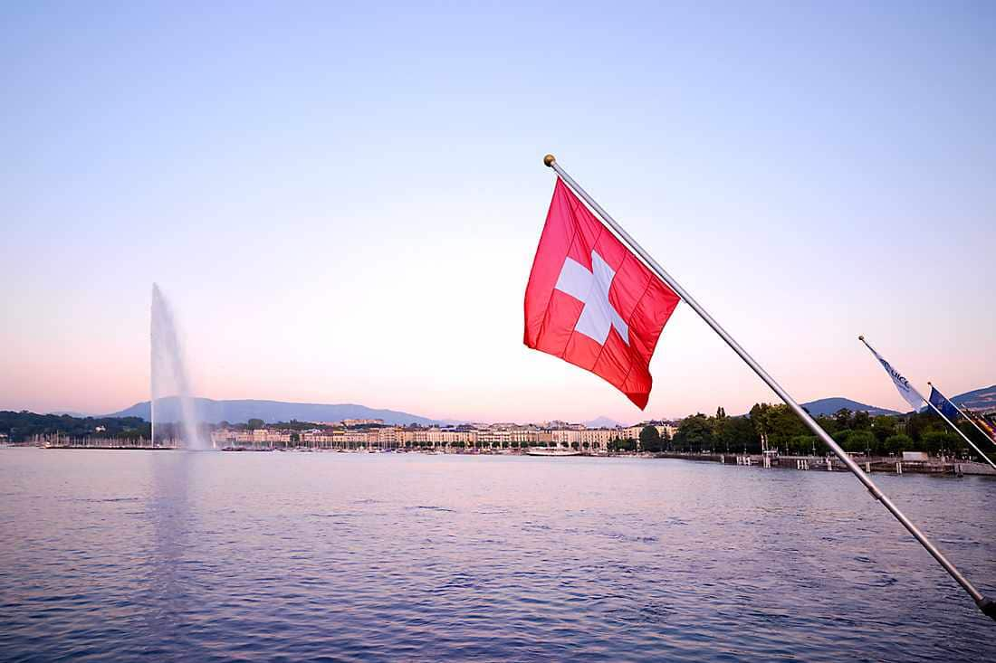 Picture of the Geneva destination with a focus on the lake Léman, the water jet and the Swiss flag.