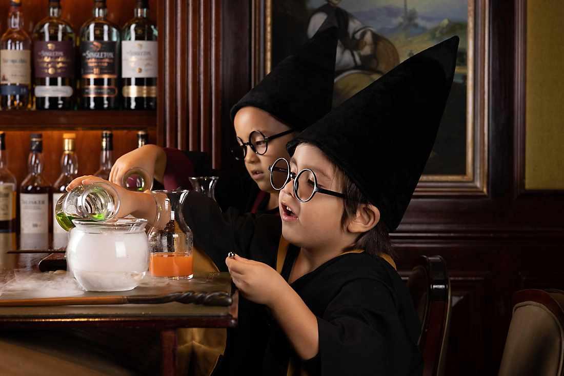 kids mixing orange juices