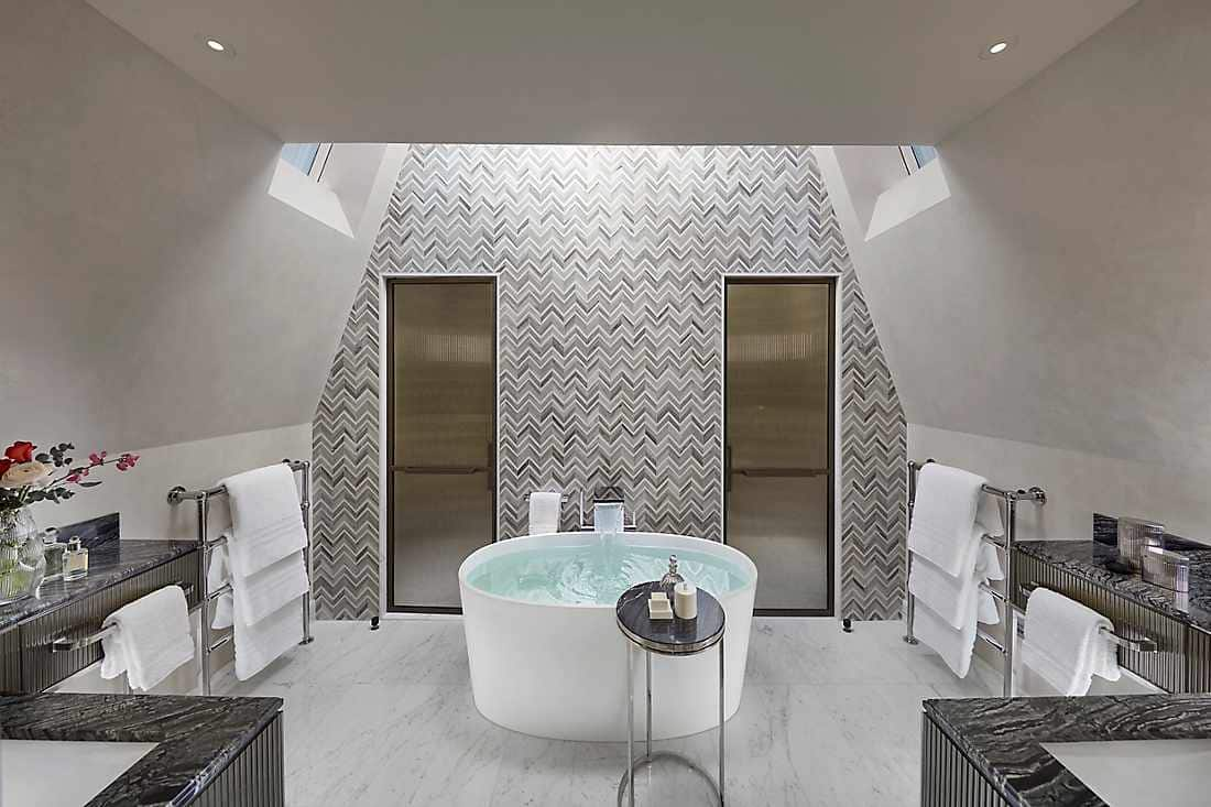 Mandarin Penthouse bathroom