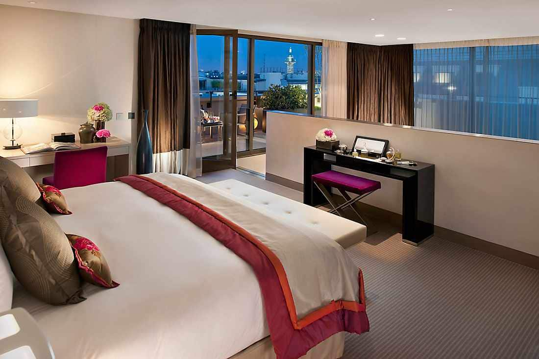 Panoramic Suite bedroom with city view