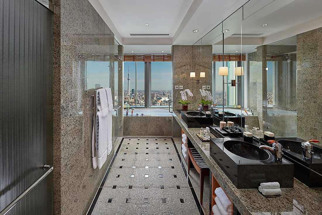 Mandarin Corner Suite bathroom