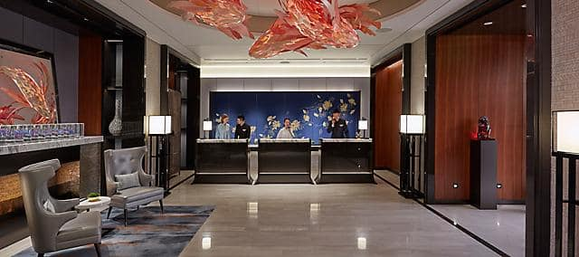 大堂設有椅子和在接待處提供服務的酒店職員